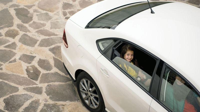 Familia en interior de Vento 2021 de Volkswagen México en color blanco