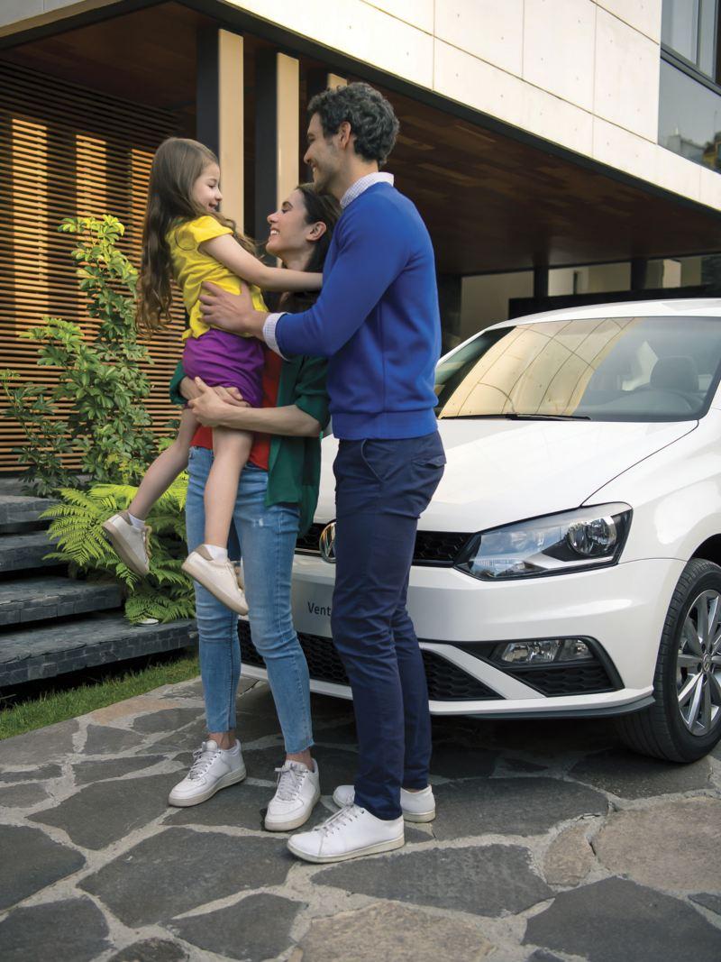Familia fente a Vento 2021, el auto sedán de Volkswagen ideal para familias