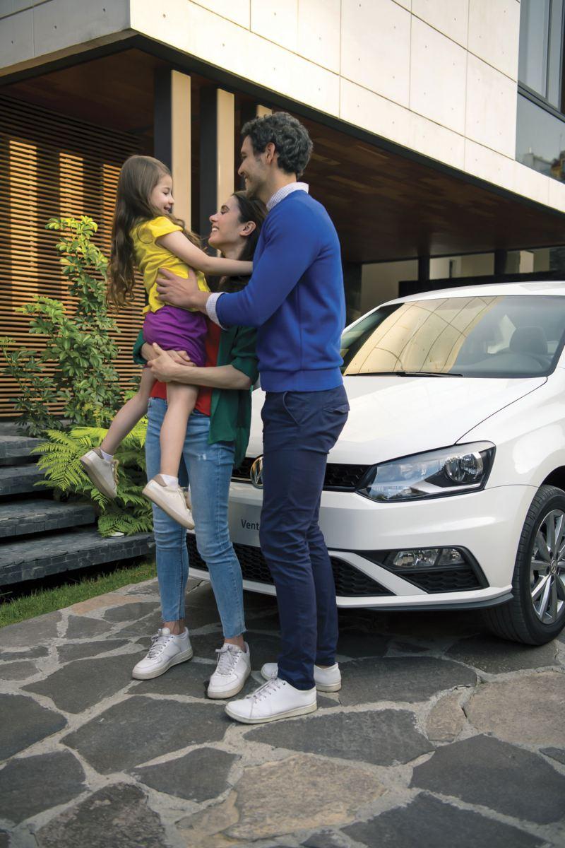 Familia fente a Vento 2020, el auto sedán de Volkswagen ideal para familias