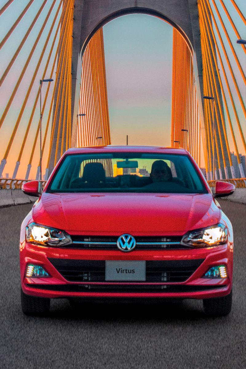 Virtus de Volkswagen, auto sedán en color rojo tornado