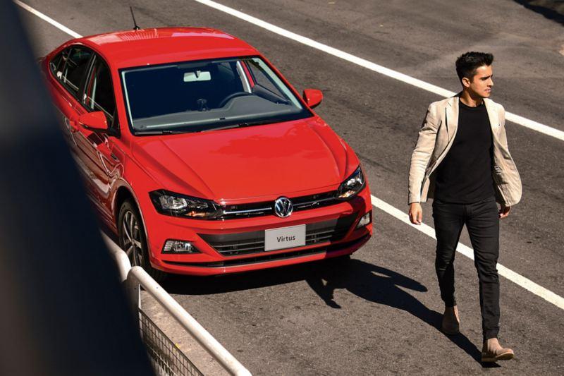 Vista frontal de Volkswagen Virtus de color rojo