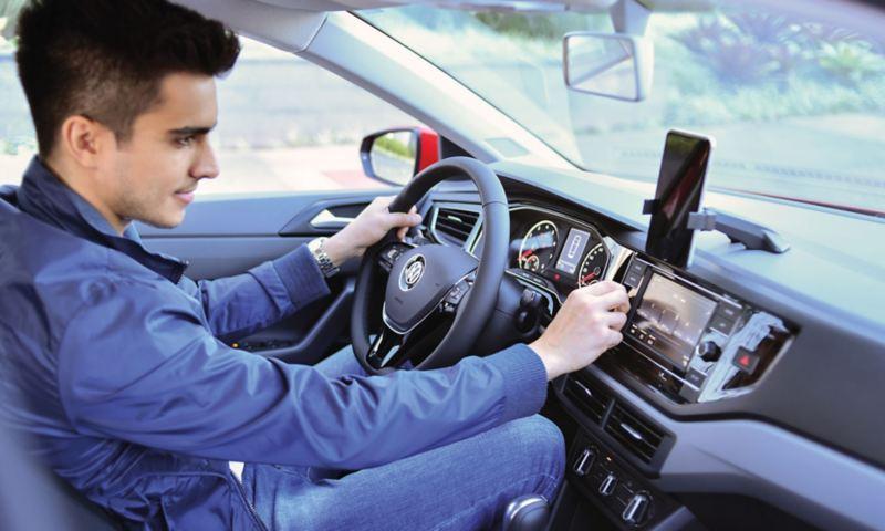 Base universal y entrada USB presentes en Virtus de Volkswagen