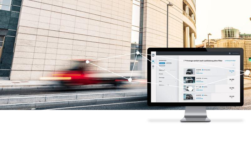 Ein Monitor mit We Connect Fleet App vernetzt mit einem fahrenden Fahrzeug.