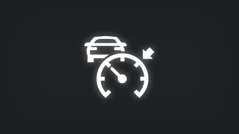 Kontrollleuchte mit Pfeil an Tachometer und vorausfahrendem Fahrzeug leuchtet weiss