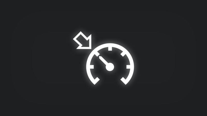 Kontrollleuchte mit Umriss von Pfeil an Tachometer leuchtet weiss