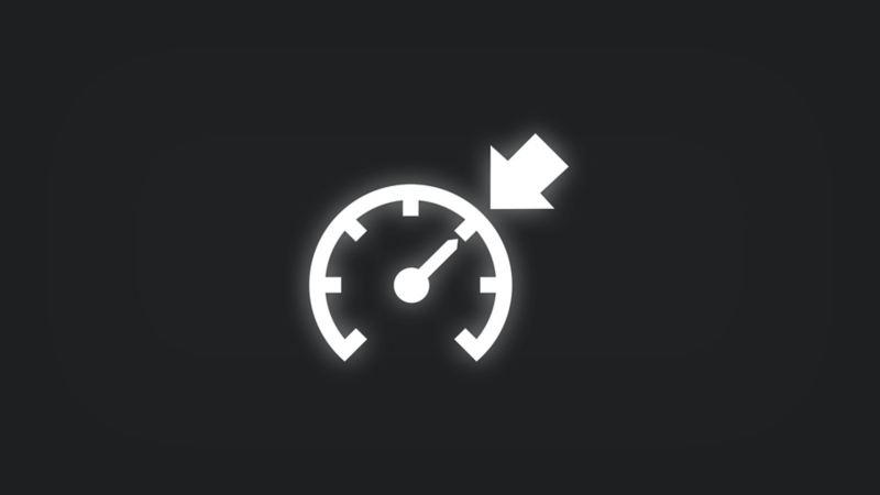 Kontrollleuchte mit ausgefülltem Pfeil an Tachometer leuchtet weiss