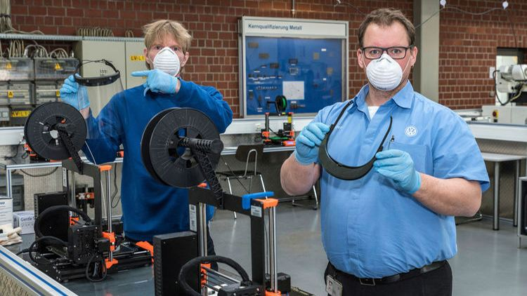 Personal de salud de Wolfsburgo con mascarillas protectoras y material médico donado por Grupo Volkswagen
