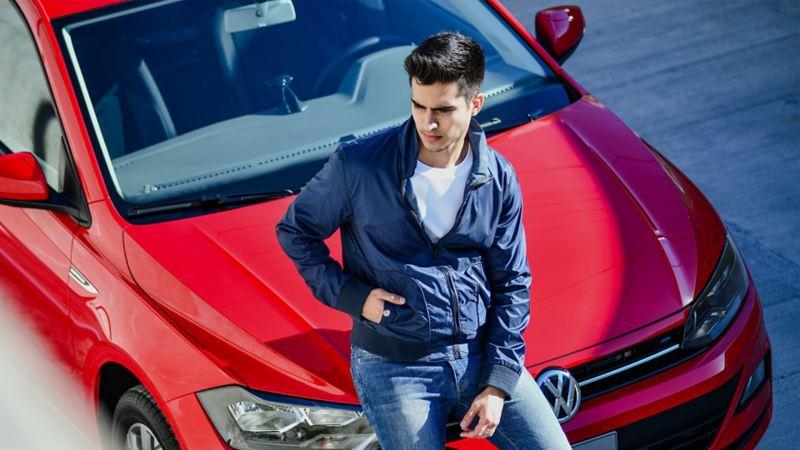 Hombre recargado en auto nuevo adquirido a través de leasing con mensualidades bajas Volkswagen ¡Ya!