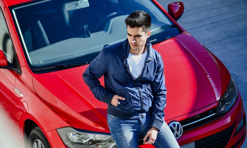 Joven con Nuevo Virtus adquirido a través de Volkswagen ¡Ya!, el plan leasing de VW