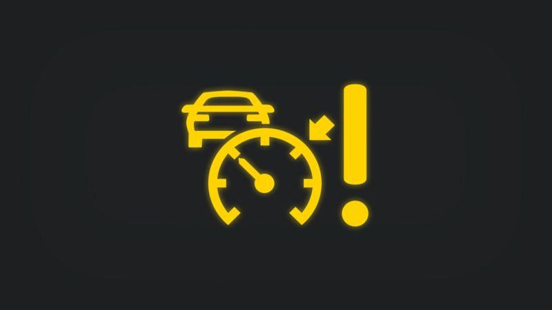 Kontrollleuchte mit Ausrufezeichen und Tachometer vor vorausfahrendem Fahrzeug leuchtet gelb