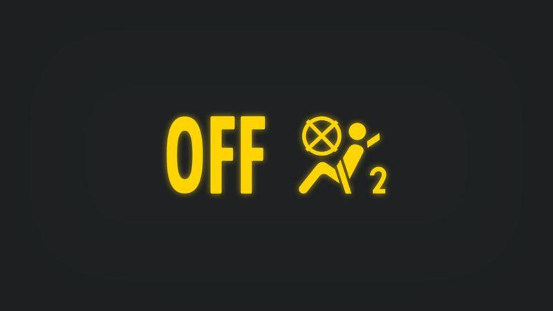 Kontrollleuchte mit angeschnallter Person, durchgestrichenem Airbag und Schriftzug OFF leuchtet gelb