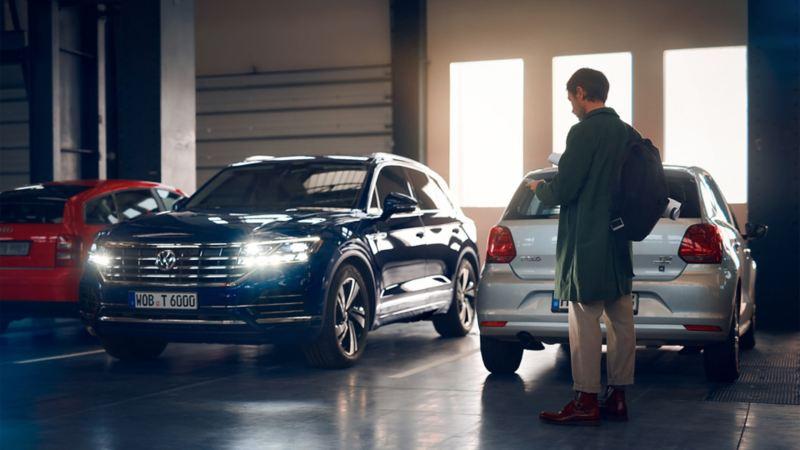 Ein Mann steht vor seinem Volkswagen