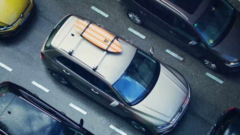 Ein Volkswagen mit einem Surfbrett auf dem Dachträger