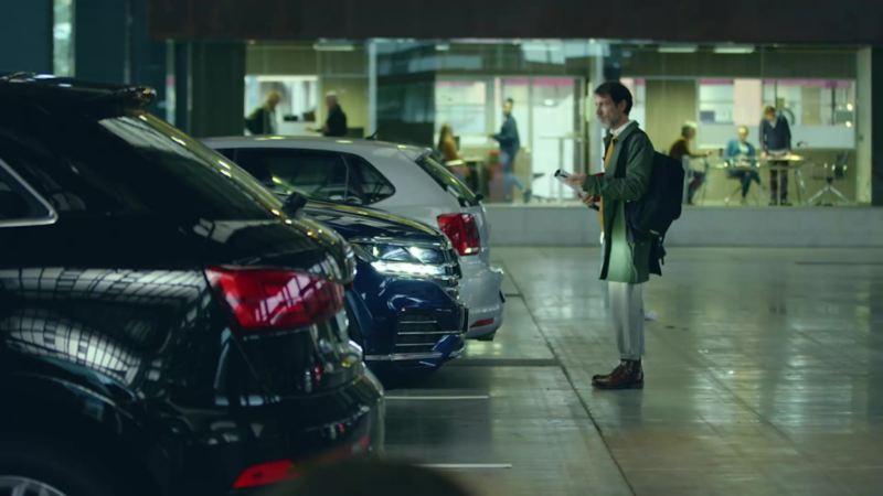 Ein Mann steht vor seinem Parkplatz