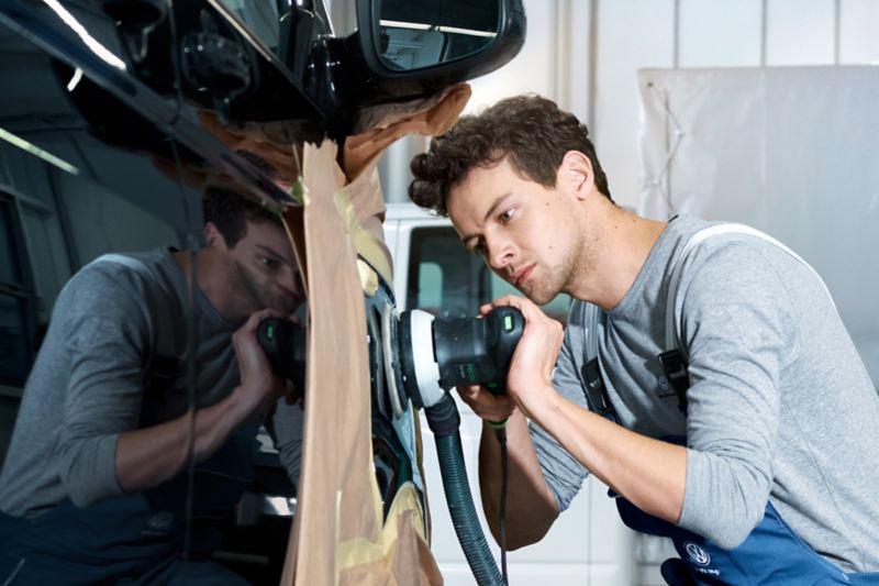 Mann repariert eine Delle