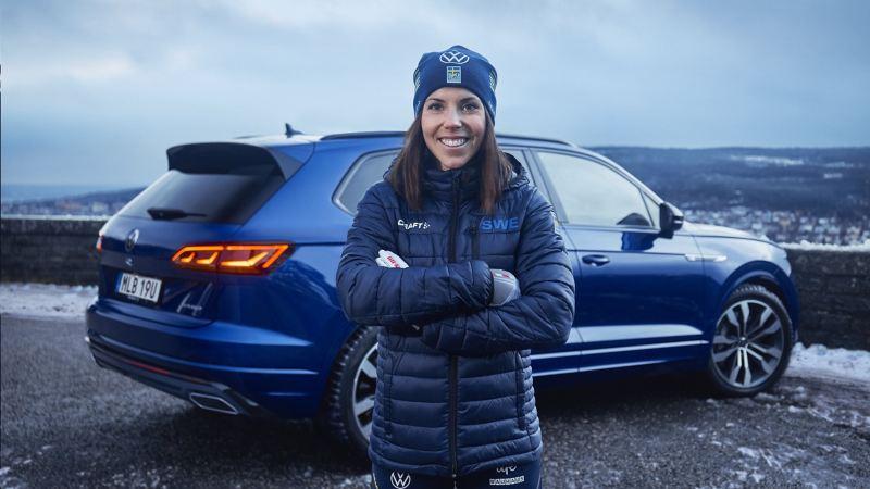 Charlotte Kalla med en VW Touareg R i bakgrunden