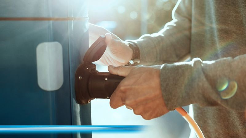 Person laddar en eldriven transportbilar från Volkswagen