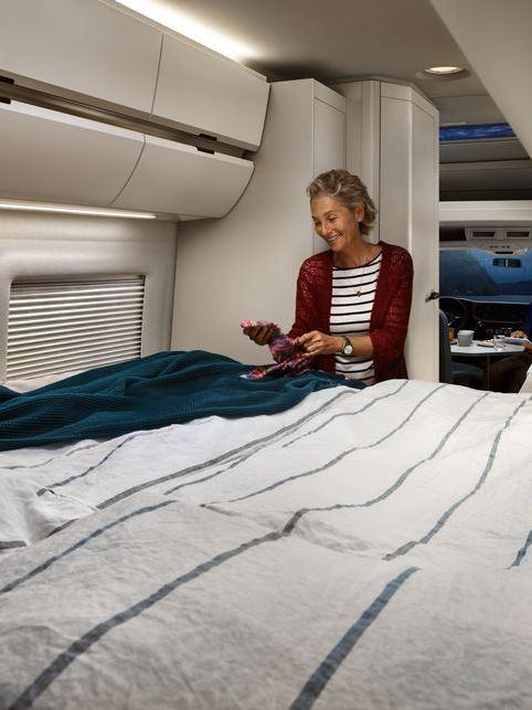 Rozłożone łóżko w kamperze Grand California