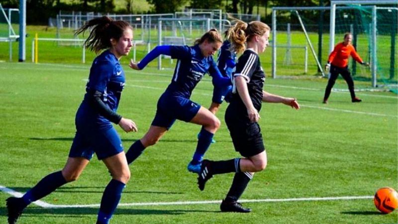 Drei Spielerinnen im Duell um den Ball