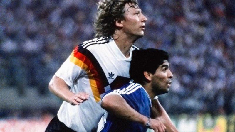 Guido Buchwald und Diego Maradona im Duell