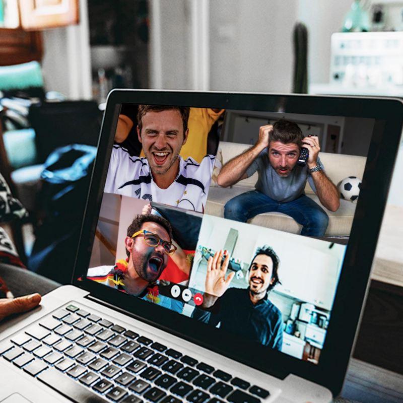 Freunde schauen online zusammen Fußball