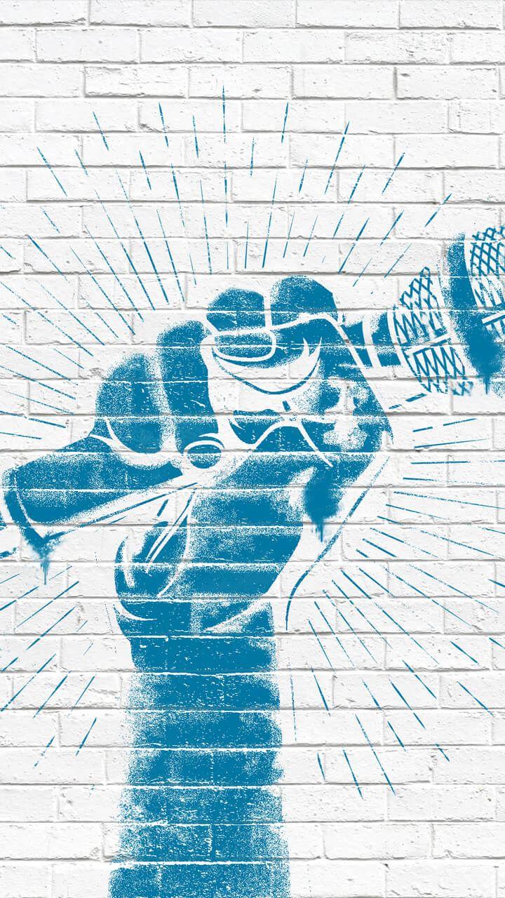 Eine Hand hält ein Mikrofon