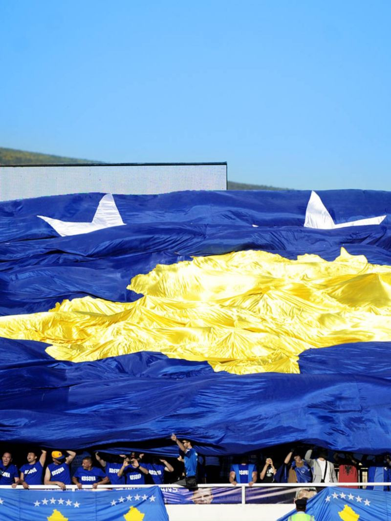 Fans hissen Kosovo-Flagge im Stadion
