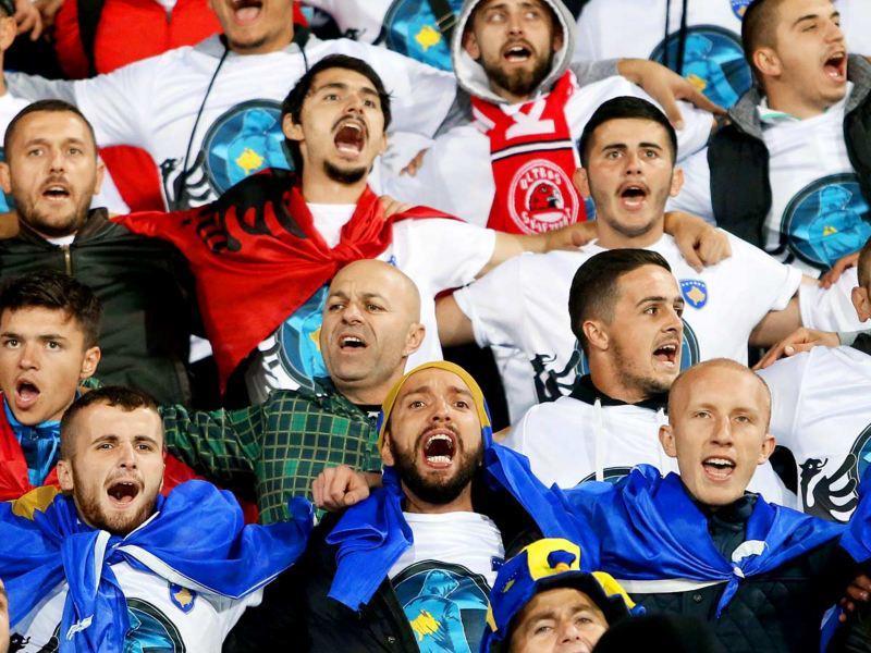 Fans des Kososvo im Stadion Arm in Arm