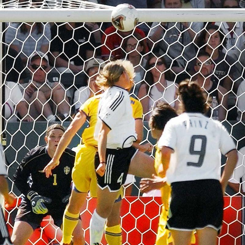 Deutsche Fußballerin beim Kopfball
