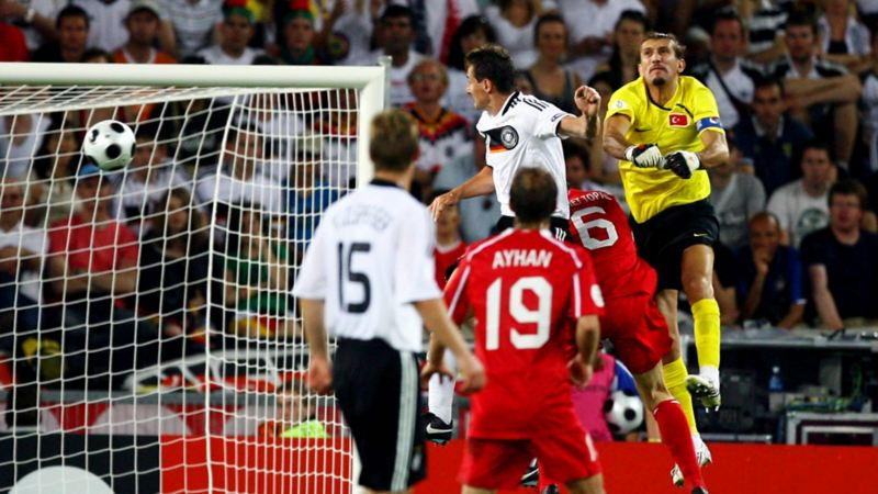 Miroslav Klose beim Kopfball