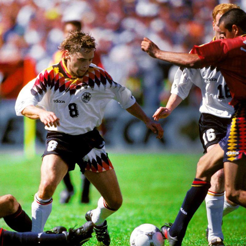 Deutscher Spieler dribbelt mit Ball