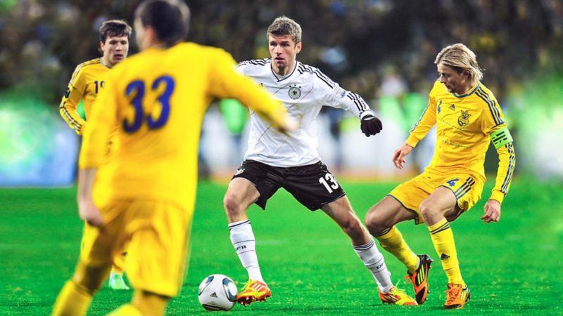 Thomas Müller gegen 3 ukrainische Spieler