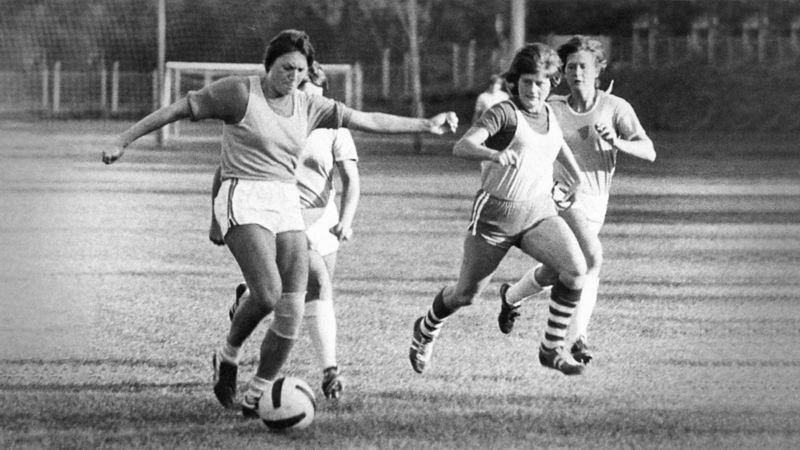 Voller Einsatz: Sybille Brüdgam von Turbine Potsdam im einzigen DDR-Länderspiel gegen die Tschechoslowakei.