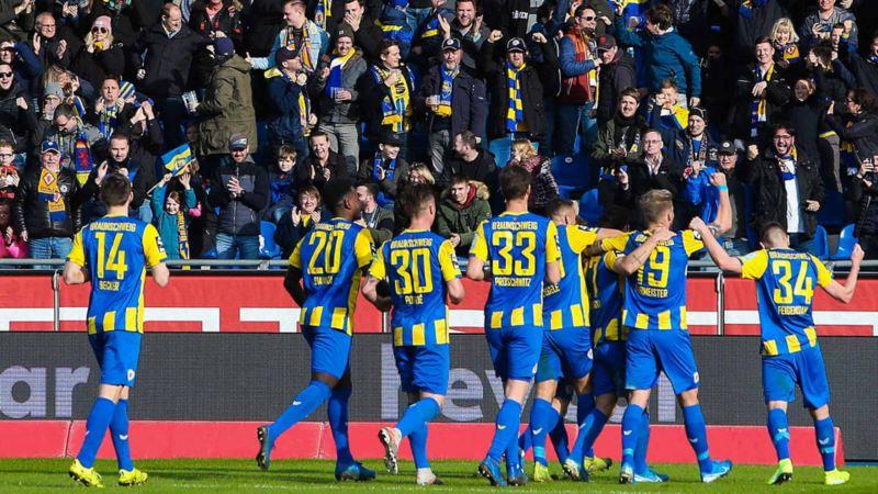 Eintracht Braunschweig am Jubeln mit Fans
