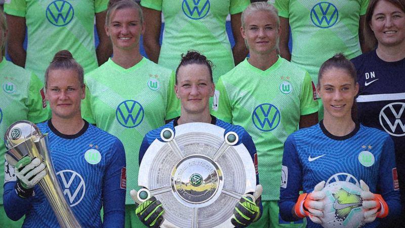 Almuth Schult mit Mannschaftskolleginnen und Meisterschale