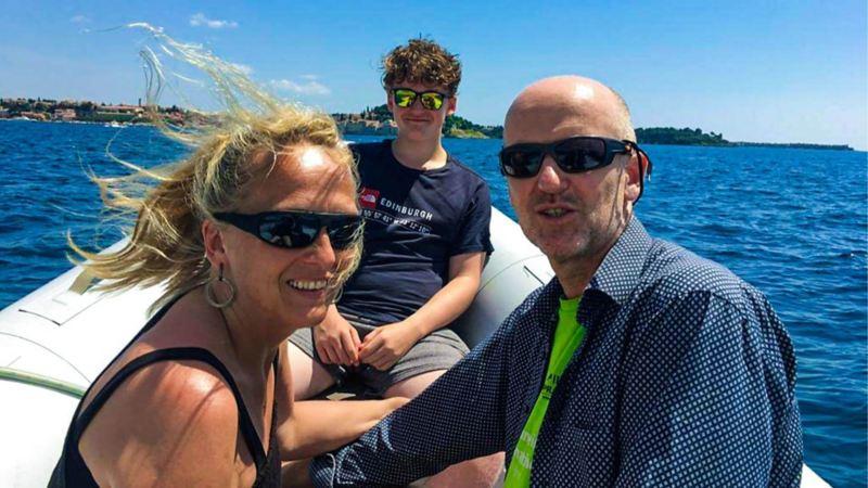 Andrea auf einem Boot