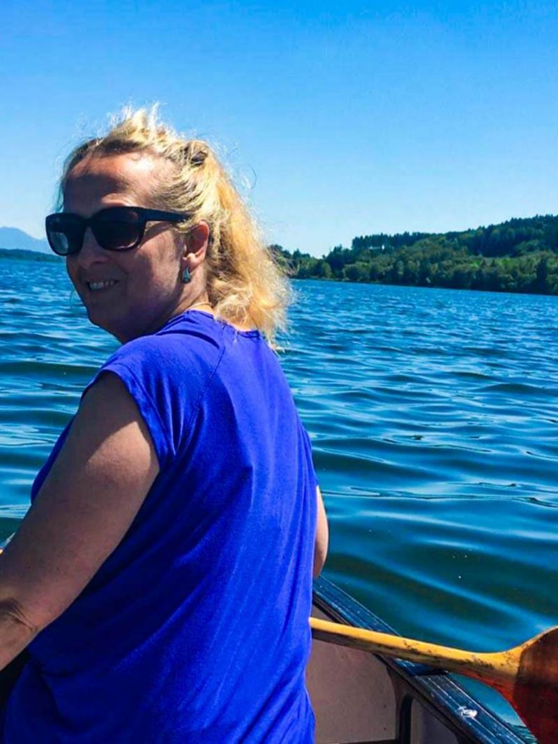 Andrea auf einem Holzboot