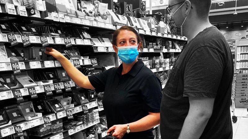 Christina berät einen Kunden im Supermarkt