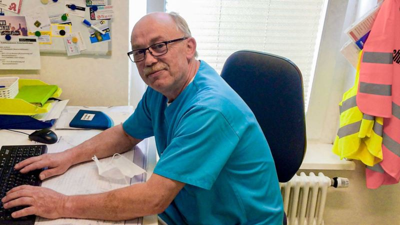 Rolf Kisser am Computer