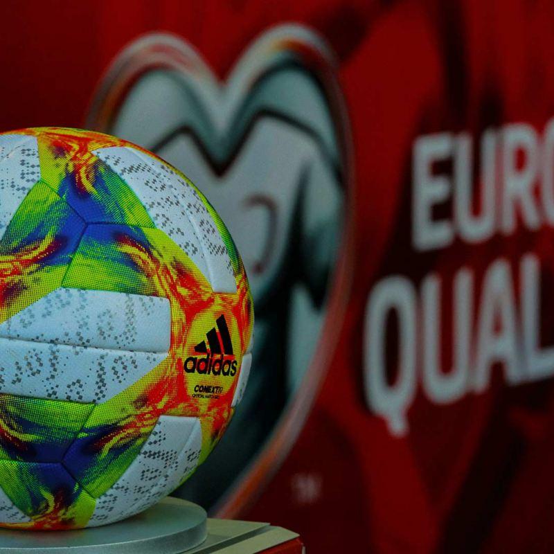 Ein Fußball der European Qualifiers