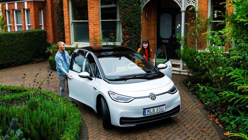 En kvinna och en man kliver in i Volkswagen ID.3