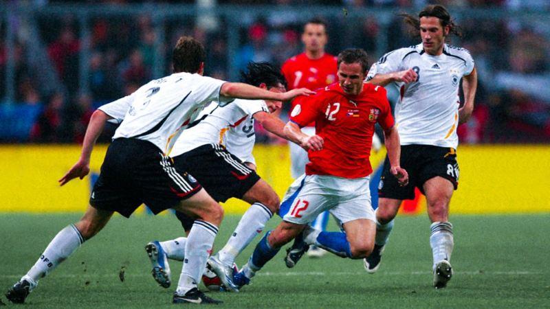Tschechiens Zdenek Pospech im Zweikampf, Torsten Frings läuft dahinter