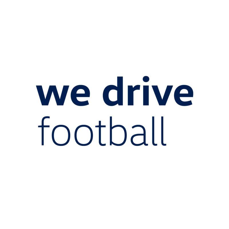 """Schriftzug """"we drive football"""" vor weißem Hintergrund"""