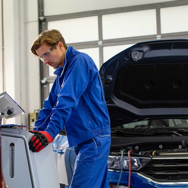 A Volkswagen service employee looking at a screen