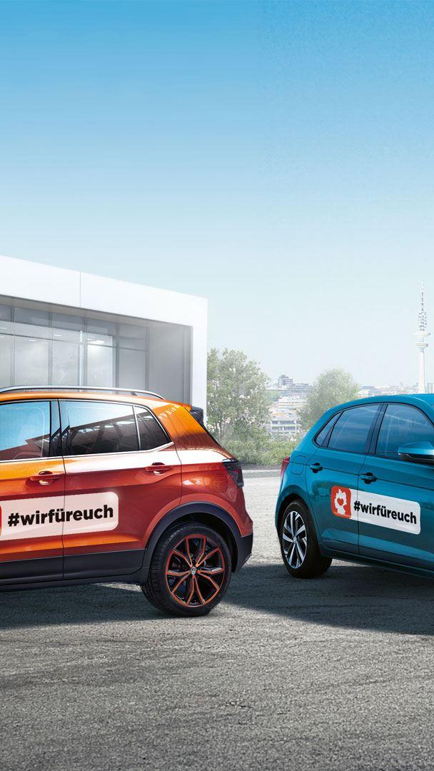 """2 VV Fahrzeuge mit Schriftzug """"Wir Für Euch"""" auf der Fahrzeugseite"""
