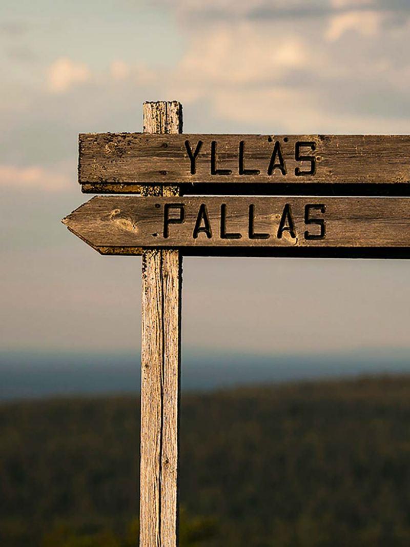 Vägskylt i trä: Ylläs, Pallas. Foto: Aapo Laiho
